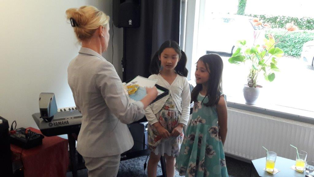 Pianoles cursist Lena krijgt haar diploma!