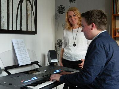 Lars tijdens zijn pianoles in Doetinchem