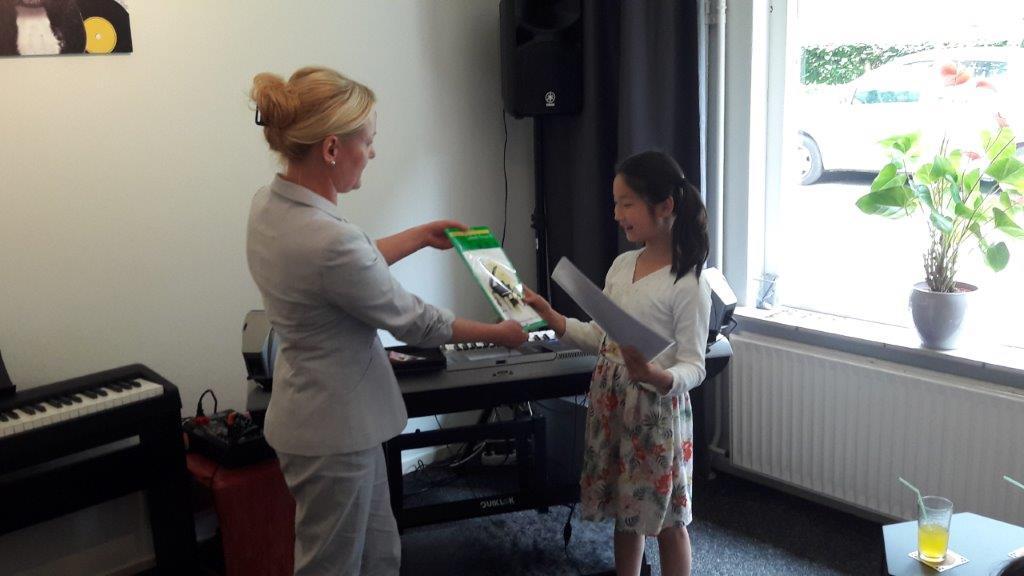 Pianoles cursist Dessiy krijgt haar diploma!