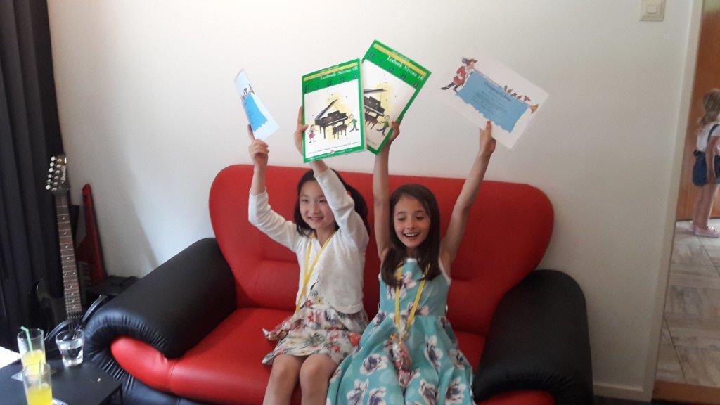 Pianoles cursisten Dessiy en Lena geslaagd!